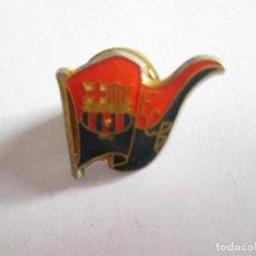 Coleccionismo deportivo: PIN F.C. BARCELONA - BARÇA - CON BANDERA - 2,3X1,5. Lote 114672103