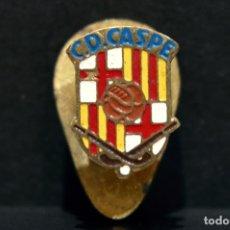 Coleccionismo deportivo: ANTIGUA INSIGNIA DE SOLAPA C.D. CASPE FUTBOL HOCKEY. Lote 98402347