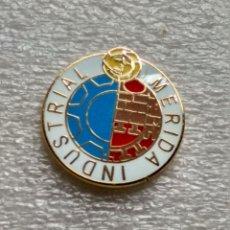 Coleccionismo deportivo: PIN FÚTBOL, INDUSTRIAL MÉRIDA. Lote 117000583