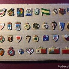 Coleccionismo deportivo: LOTE DE 33 PINS DE FÚTBOL.. Lote 122131782
