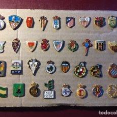 Coleccionismo deportivo: LOTE DE 34 PINS DE FÚTBOL.. Lote 122132180