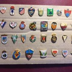 Coleccionismo deportivo: LOTE DE 32 PINS DE FÚTBOL.. Lote 122137592