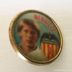 Coleccionismo deportivo: PIN DE MENDIETA DEL VALENCIA C.F TEMPORADA 95/96. Lote 122601151