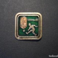 Coleccionismo deportivo: INSIGNIA DE SOLAPA OLIMPIADA MOSCU 80. FUTBOL. URSS. AÑO 1980. Lote 126780927
