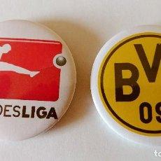 Coleccionismo deportivo: CHAPA DEL BORUSSIA DORTMUND Y LOGO BUNDESLIGA - ALFILER DE 58MM. Lote 128848963