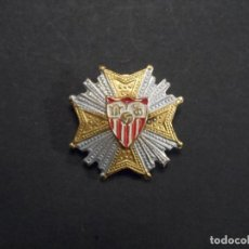 Coleccionismo deportivo: INSIGNIA DE SOLAPA SEVILLA C.F. EGAÑA-MOTRIKO. AÑOS 40-50. VARIANTE II. Lote 269438208