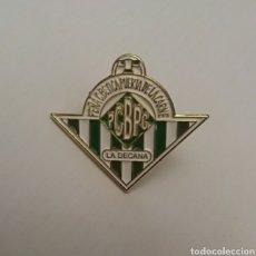 Coleccionismo deportivo: PIN PEÑA CULTURAL BETICA PUERTA DE LA CARNE - LA DECANA. Lote 130638486