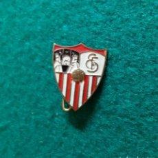 Coleccionismo deportivo: ANTIGUA INSIGNIA PIN DE AGUJA IMPERDIBLE ESMALTADO SEVILLA FÚTBOL CLUB. Lote 132309490