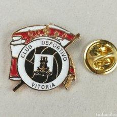 Coleccionismo deportivo: PIN ESCUDO EQUIPO DE FUTBOL - CLUB DEPORTIVO VITORIA - ALAVA - SEGUNDA B. Lote 134071286