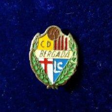 Coleccionismo deportivo: ANTIGUA INSIGNIA PIN DE AGUJA IMPERDIBLE CLUB FUTBOL C D BERGADA (BARCELONA). Lote 134096066
