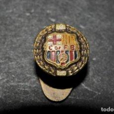 Coleccionismo deportivo: CF BARCELONA. ANTIGUA INSIGNIA DE SOLAPA. Lote 135218222