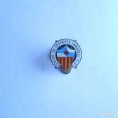Coleccionismo deportivo: INSIGNIA DE SOLAPA DEL CENTRO D DEPORTES SABADELL C.F. - NUEVA - FOTO DORSO. Lote 135831782