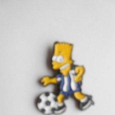 Coleccionismo deportivo: PIN BART SIMPSON CON EQUIPACIÓN DEL R.C.D. ESPANYOL- NUEVO - FOTO DORSO. Lote 135837942