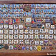 Coleccionismo deportivo: CUADRO DE INSIGNAS DE FÚTBOL, CONTIENE UNOS 130 PINS, MIDE 40 X 30 CM. . Lote 137988078