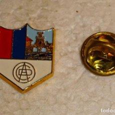 Colecionismo desportivo: PIN DE DEPORTES. FÚTBOL MODESTO. ESCUDO EQUIPO. CD AURRERÁ ONDARROA. GUIPÚZCOA. Lote 181449616