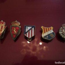 Coleccionismo deportivo: LOTE 5 INSIGNIAS DE SOLAPA FUTBOL. Lote 143173725