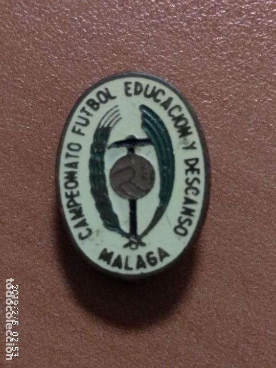 ANTIGUO PIN CAMPEONATO FUTBOL EDUCACION Y DESCANSO MALAGA (Coleccionismo Deportivo - Pins de Deportes - Fútbol)