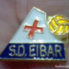 Coleccionismo deportivo: EIBAR SOCIEDAD DEPORTIVA PINTURA LACADA FUTBOL PIN . Lote 151435782