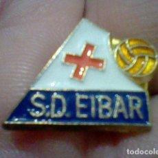 Coleccionismo deportivo: EIBAR SOCIEDAD DEPORTIVA PINTURA LACADA FUTBOL PIN *. Lote 151435818