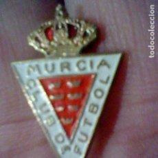 Coleccionismo deportivo: MURCIA CLUB DE FUTBOL PINTURA LACADA INSIGNIA ALFILER ANTIGUA. Lote 151435962