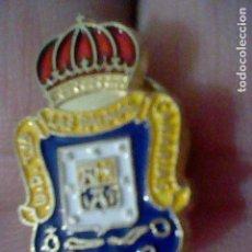 Coleccionismo deportivo: LAS PALMAS UNION DEPORTIVA FUTBOL PIN PINTURA LACADA . Lote 151437030