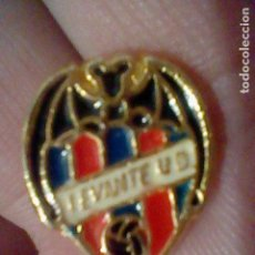 Coleccionismo deportivo: LEVANTE UNION DEPORTIVA CLUB FUTBOL PIN PINTURA LACADA. Lote 151437602