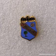 Coleccionismo deportivo: PIN - INSIGNIA DE FÚTBOL. UD OLIVA (OLIVA, VALENCIA). ESMALTADA AL FUEGO.. Lote 153249254