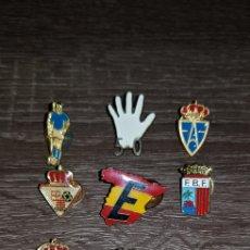 Coleccionismo deportivo: ANTIGUO LOTE DE PINS ESCUDOS INSIGNIAS DE FÚTBOL RETROVINTAGEJUGUETES BBB. Lote 153595782
