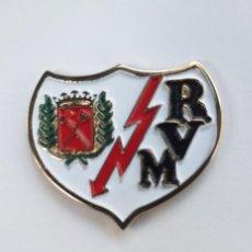 Coleccionismo deportivo: PIN GRANDE FUTBOL - ESCUDO DEL EQUIPO RAYO VALLECANO DE MADRID. Lote 154135390