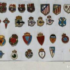 Coleccionismo deportivo: 35 PINS DE EQUIPOS DE FÚTBOL . Lote 155405226