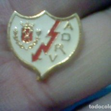 Coleccionismo deportivo: RAYO VALLECANO MADRID ASOCIACION DEPORTIVA PIN FUTBOL PINTURA LACADA. Lote 155665474