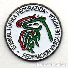 Coleccionismo deportivo: PIN-FEDERACIÓN DE EUSKADI DE HIPICA. Lote 155704970