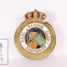 Coleccionismo deportivo: ANTIGUA INSIGNIA DE SOLAPA / OJAL ESMALTADA - REAL RACING CLUB DE SANTANDER - MEDIDAS 11 X 16 MM. Lote 156146094