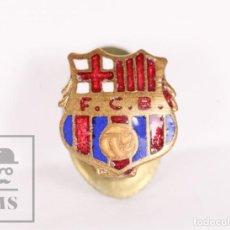 Coleccionismo deportivo: ANTIGUA INSIGNIA DE SOLAPA / OJAL ESMALTADA - FÚTBOL CLUB BARCELONA / FCB - MEDIDAS 11 X 12 MM. Lote 156147306