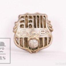Coleccionismo deportivo: INSIGNIA DE SOLAPA / OJAL DE PLATA - BODAS DE ORO FÚTBOL CLUB BARCELONA / FCB - JOAN GAMPER / MONTAL. Lote 156150706