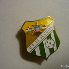 Coleccionismo deportivo: PIN FUTBOL C.F.LA SECUITA- FED.CATALANA TARRAGONA--DESAPARECIDO --BOTON. Lote 156419150