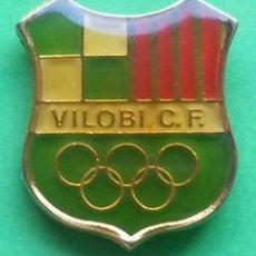 Coleccionismo deportivo: INSIGNIA/PIN DEL EQUIPO DE FÚTBOL VILOBÍ CF (GIRONA). Lote 156623490