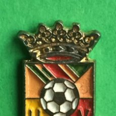Coleccionismo deportivo: INSIGNIA/PIN DEL EQUIPO DE FÚTBOL UD COLLADO VILLALBA (MADRID). Lote 157282082