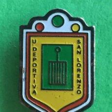 Coleccionismo deportivo: INSIGNIA/PIN DEL EQUIPO DE FÚTBOL UD SAN LORENZO DE FLUMEN (HUESCA). Lote 157283466