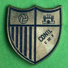 Coleccionismo deportivo: INSIGNIA/PIN DEL EQUIPO DE FÚTBOL CONIL CF (CÁDIZ). Lote 157287602