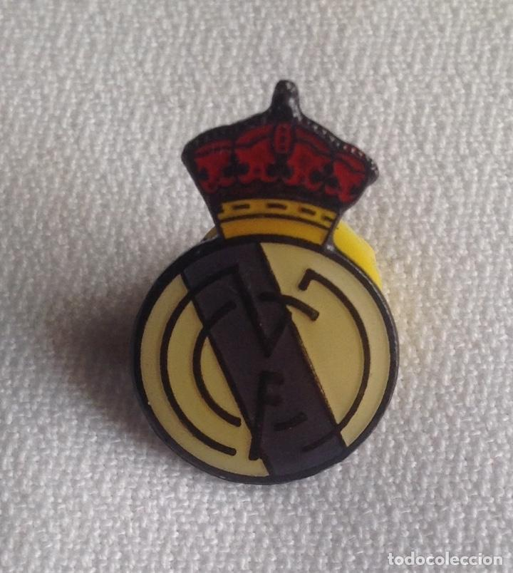 Coleccionismo deportivo: REAL MADRID C.F. : LOTE 3 PINS INSIGNIAS ESCUDOS REAL MADRID - Foto 3 - 159409594