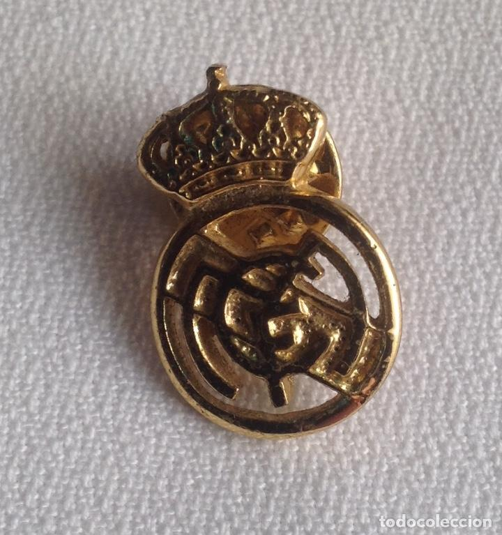 Coleccionismo deportivo: REAL MADRID C.F. : LOTE 3 PINS INSIGNIAS ESCUDOS REAL MADRID - Foto 4 - 159409594