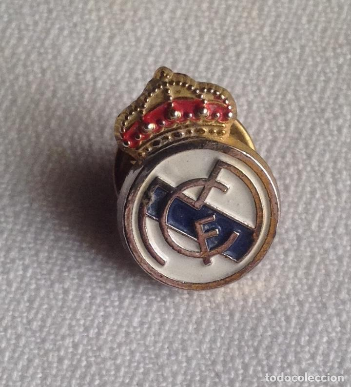 Coleccionismo deportivo: REAL MADRID C.F. : LOTE 3 PINS INSIGNIAS ESCUDOS REAL MADRID - Foto 5 - 159409594