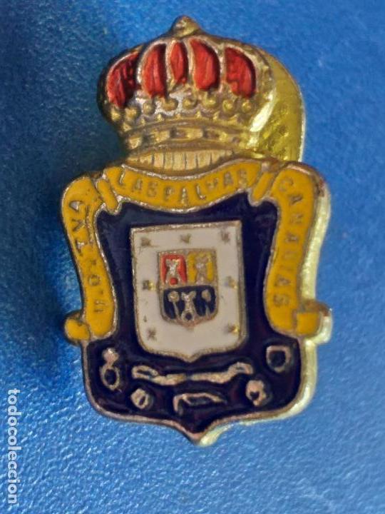 PIN DE LA UD UNION DEPORTIVA LAS PALMAS DE GRAN CANARIA FUTBOL ESCUDO. PIN INSIGNIA. OJAL DE SOLAPA. (Coleccionismo Deportivo - Pins de Deportes - Fútbol)