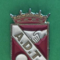 Coleccionismo deportivo: INSIGNIA/PIN DEL EQUIPO DE FÚTBOL AD TORREJÓN (MADRID). Lote 159902366