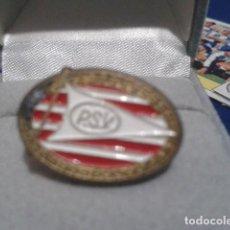 Coleccionismo deportivo: PIN ANTIGUO FUTBOL ( P.S.V ) PIN ESCUDO. Lote 161301574