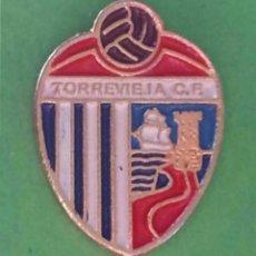 Coleccionismo deportivo: INSIGNIA/PIN DEL EQUIPO DE FÚTBOL TORREVIEJA CF (ALICANTE). Lote 163741570