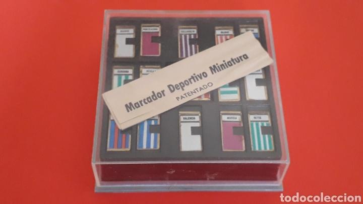 Coleccionismo deportivo: Fútbol Marcador deportivo miniatura + Pin Insignia F.C. Barcelona + instrucciones, original años 60 - Foto 2 - 167076748