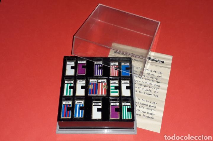 Coleccionismo deportivo: Fútbol Marcador deportivo miniatura + Pin Insignia F.C. Barcelona + instrucciones, original años 60 - Foto 3 - 167076748