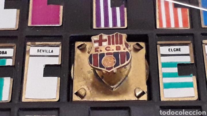 Coleccionismo deportivo: Fútbol Marcador deportivo miniatura + Pin Insignia F.C. Barcelona + instrucciones, original años 60 - Foto 5 - 167076748